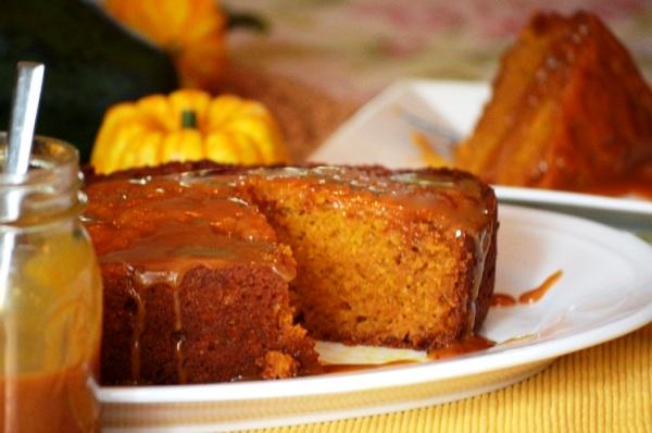 Смажьте карамелью сверху тыквенный торт