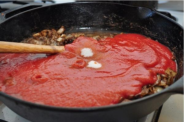 Добавляем к луку томат