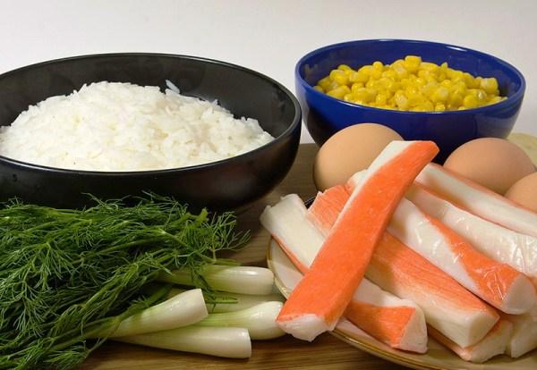 Отвариваем рис и яйца
