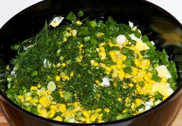 Добавляем зелень в салат из крабовых палочек с рисом