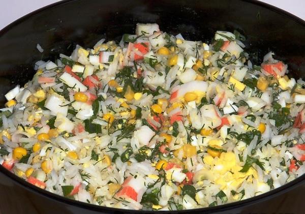 Добавляем рис в салат из крабовых палочек с яйцами