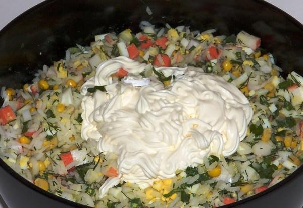 Заправляем майонезом салат из крабовых палочек с яйцами