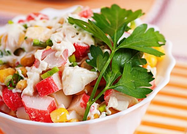 Салат из крабовых палочек с кукурузой, яйцами, рисом и зеленью