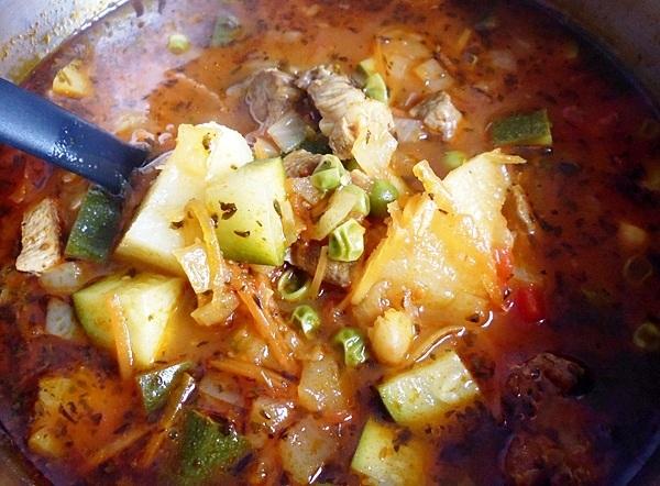 Пробуем на соль суп с кабачками