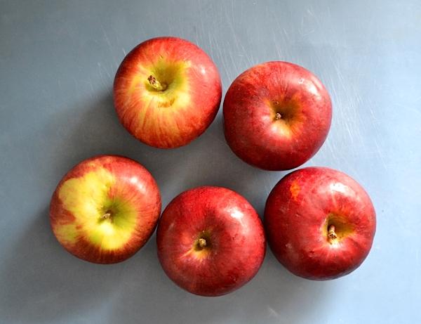 Яблоки моем и вытираем