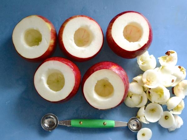 Срезаем верхушки яблок и вычерпываем серединку