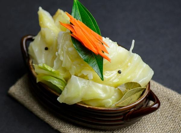 Подаем маринованную капусту  быстрого приготовления на стол