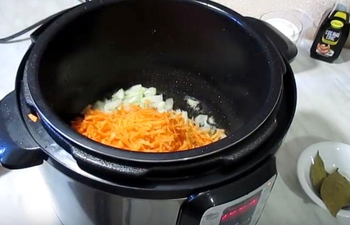 Обжариваем морковь с луком в мультиварке