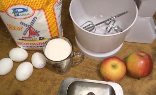 Разбиванм яйца и разделяем желтки и белки