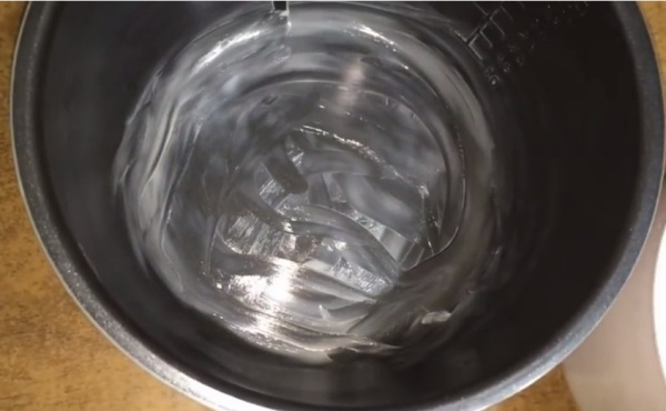 Смазываем мультикастрюлю маслом