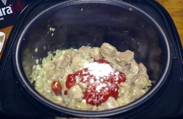 Кладем в кастрюлю соль и томат