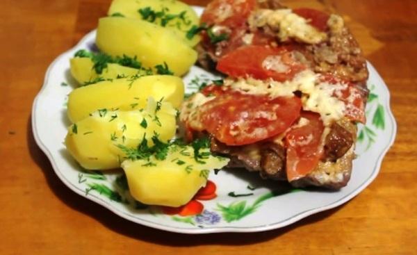 Подаем мясо по купечески с грибами к отварной картошке
