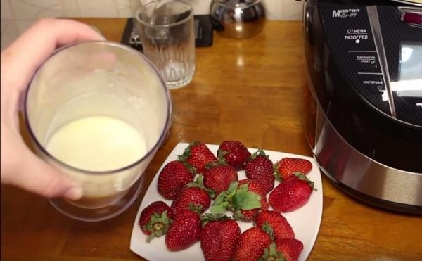 Смешиваем муку с молоком, яйцом и сахаром
