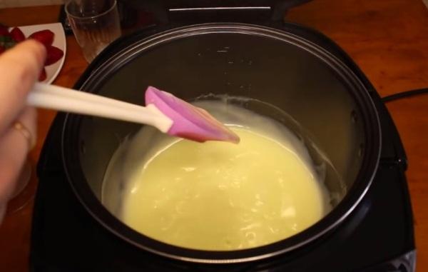 Вливаем в молоко смесь из муки с яйцом, молоком и сахаром