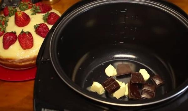 Помещаем в чашу мультиварки масло и шоколад