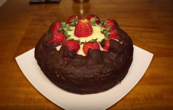 Покрываем бисквитный торт шоколадной глазурью