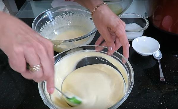 Добавляем взбитые желтки в тесто