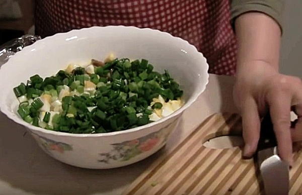 Помещаем все ингредиенты в салатницу