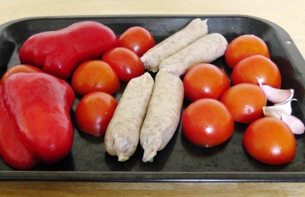 Запекаем овощи и колбаски в духовке