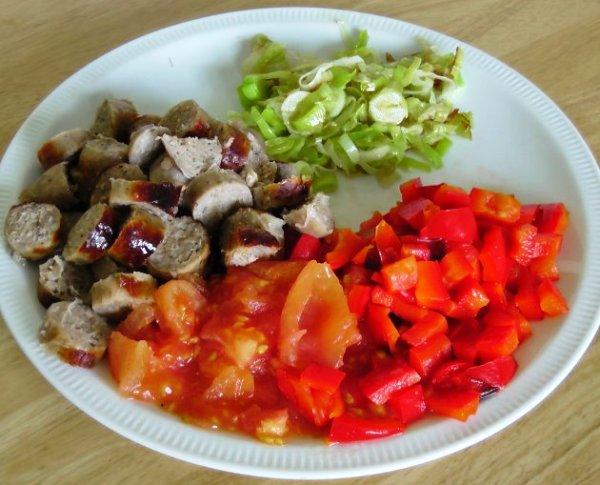 Нарезаем овощи и колбаски