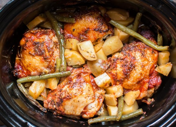Подаем курицу с картошкой на стол