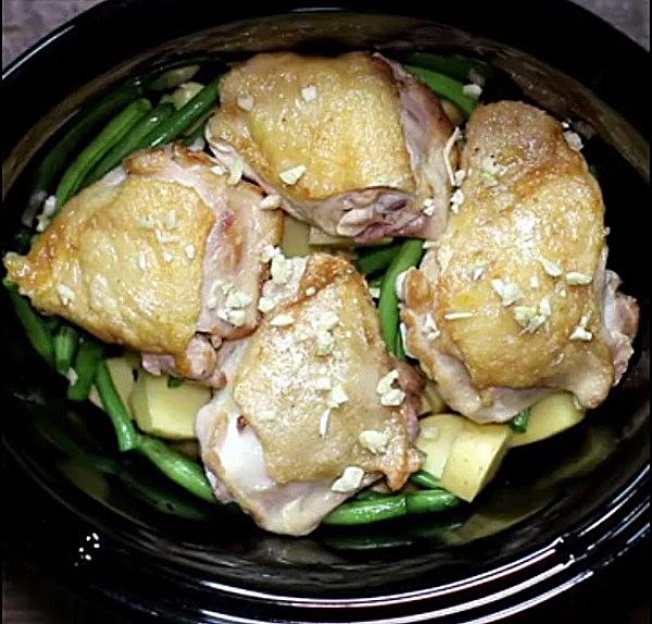 Посыпаем курицу чесноком
