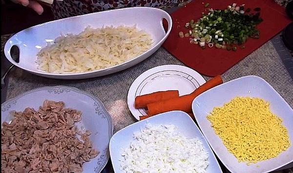 На блюдо выкладываем слой картошки