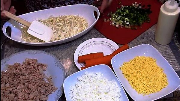 Картошку солим и покрываем майонезом