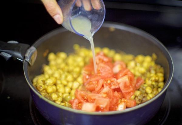 Вливаем лимонный сок в сковородку