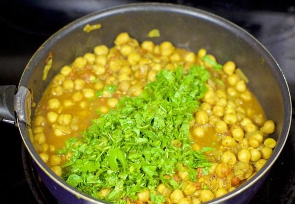 Добавляем в блюдо зелень