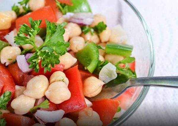 Вареный нут добавляют в салаты