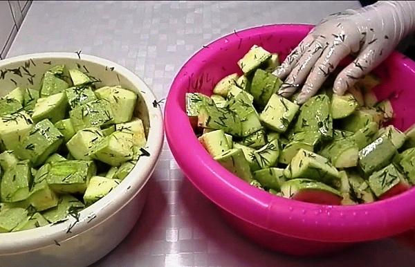 добавляем маринад в кабачки
