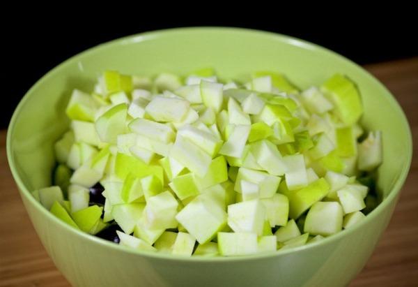 Салат с яблоками и огурцом