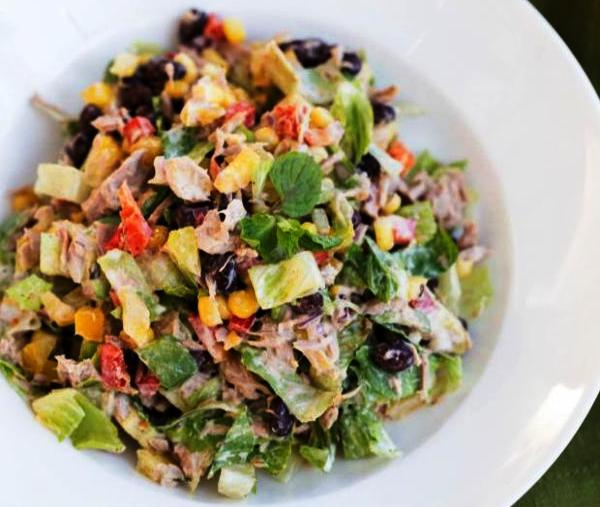 Простой салат с консервированным тунцом