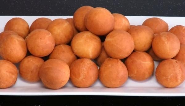 Творожные пончики можно подавать с разными добавками