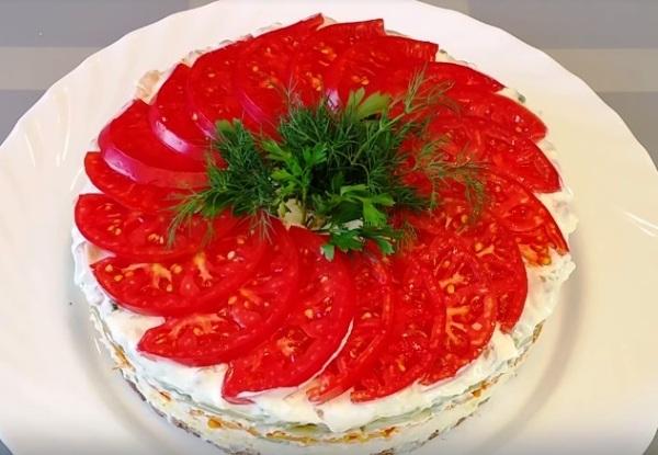 Украшаем салат помидорами и зеленью