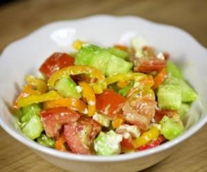 Салат с авокадо огурцом и помидором