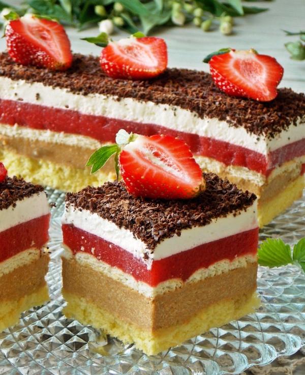 Торт с клубникой и взбитыми сливками