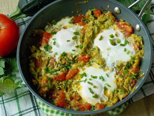 Яичница с кабачками и помидорами