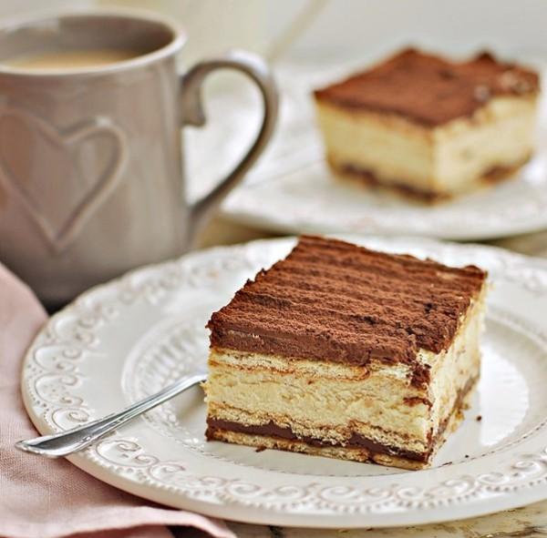 Подаем торт без выпечки из печенья с кремом из творога