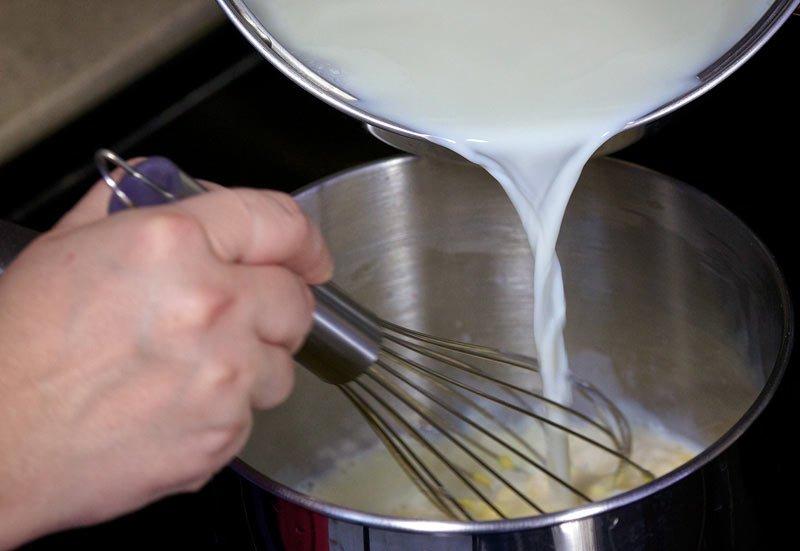 Вливаем молоко в заварной крем