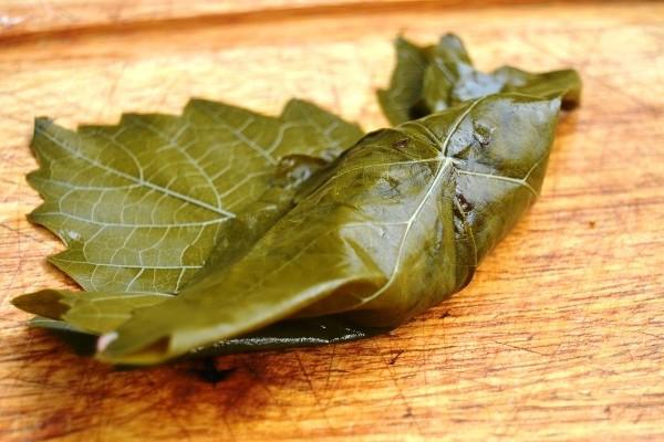 Завернуть начинку из фарша с рисом в листья