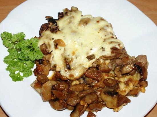 Мясо в духовке с сыром и грибами