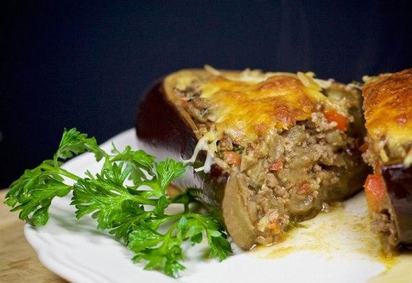 Баклажан фаршированный овощами и сыром в духовке