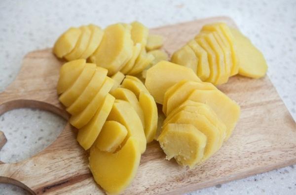 Картошку режем на тонкие кружочки