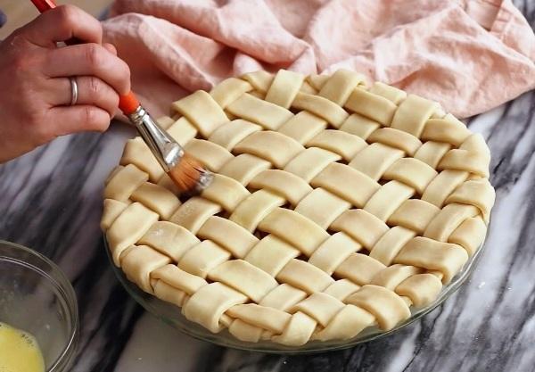 Покрываем решетку яйцом - для красивого румяного цвета при выпечке