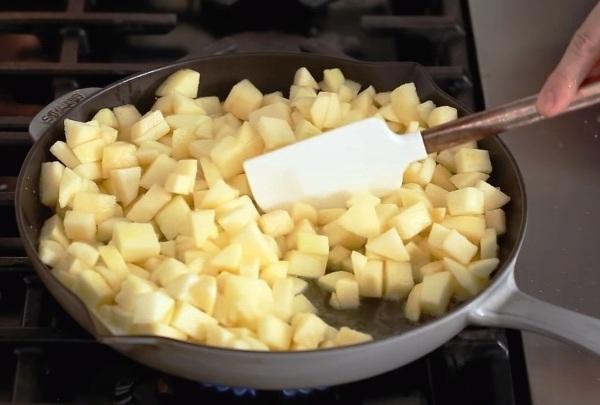 Яблоки обжариваем в масле