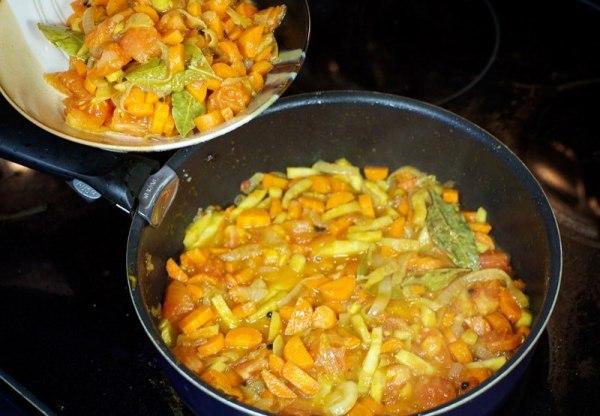 Лосось с овощами в духовке