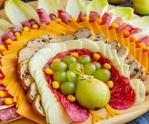 Как красиво разложить нарезку из колбасы и сыра