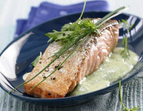 Жареный лосось с зеленым соусом